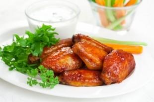 Pyszne, chrupiące grillowane skrzydełka kurczaka