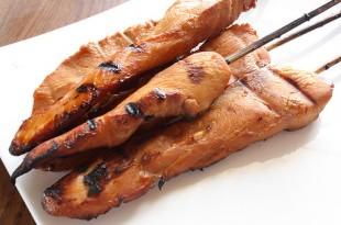 Drobiowe grillowane szaszłyki w sosie z orzeszków