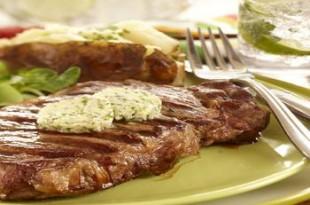 Wołowe steki z grilla z masełkiem czosnkowym