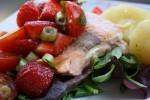 Łosoś z grilla z sałatą i truskawkami