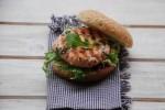 Burger z łososiem z grilla