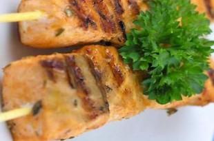 Szaszłyki z łososia grilowane z salsą