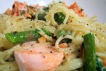 Makaron z łososiem i szparagami z grilla